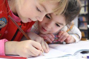Immagine bambini che scrivono
