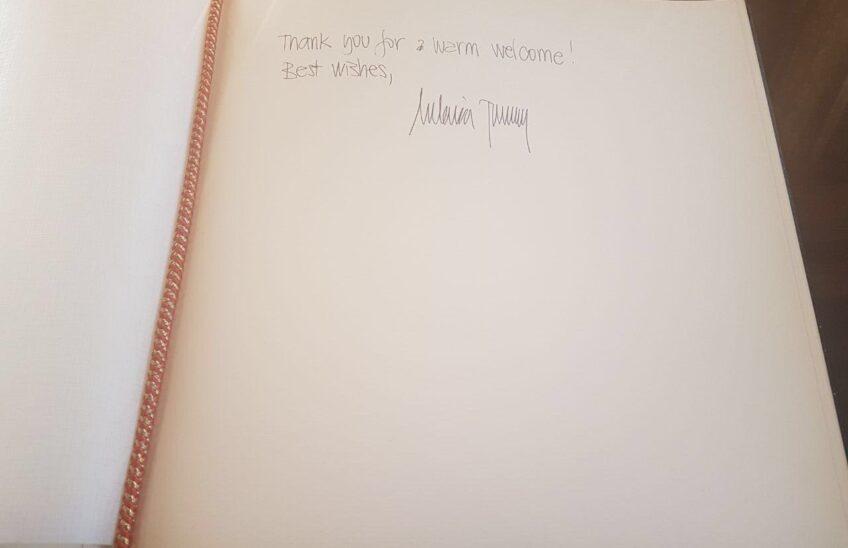 Testo e firma di Melania Trump