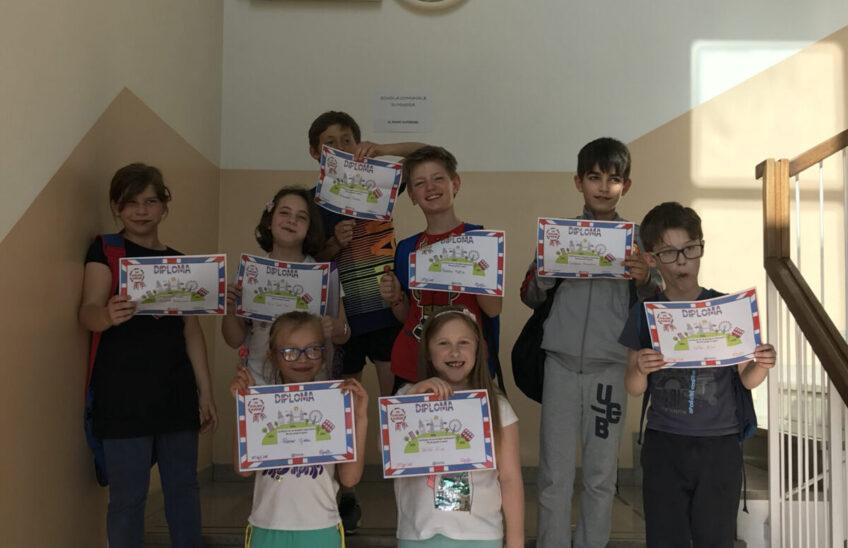 Foto di gruppo con diplomi
