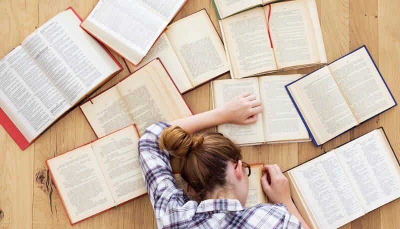 Maturità light - ragazza sui libri