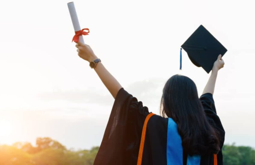 Lauree abilitanti - studentessa laureata festeggia