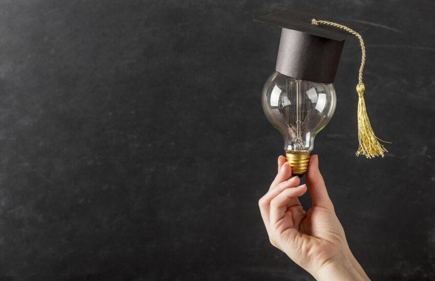 pandemia e sete di formazione - lampadina con tocco