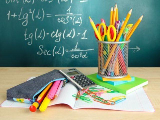 oggligo scolastico - scrivania con penne e quaderni